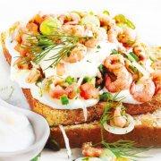 Toast mit Krabben auf Meerrettich-Mayonnaise