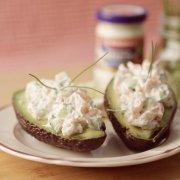 Avocado mit Meerrettich-Lachs-Gurken-Creme