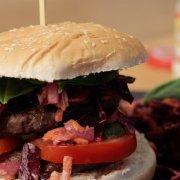 Meerrettich-Rotkohl-Salat im Burger