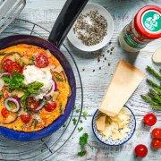 Omelett mit grünem Spargel, Tomaten und Meerrettich