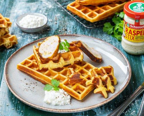 Teller mit Protein-Waffeln mit Hüttenkäse, Hähnchen und Meerrettich