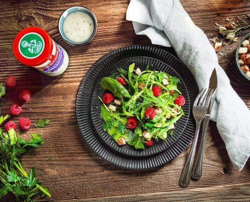Teller mit Rucola-Salat mit Himbeeren und Meerrettich