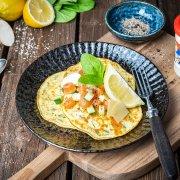 Spinat-Pancakes mit Lachs-Meerrettich-Tatar und Parmesan
