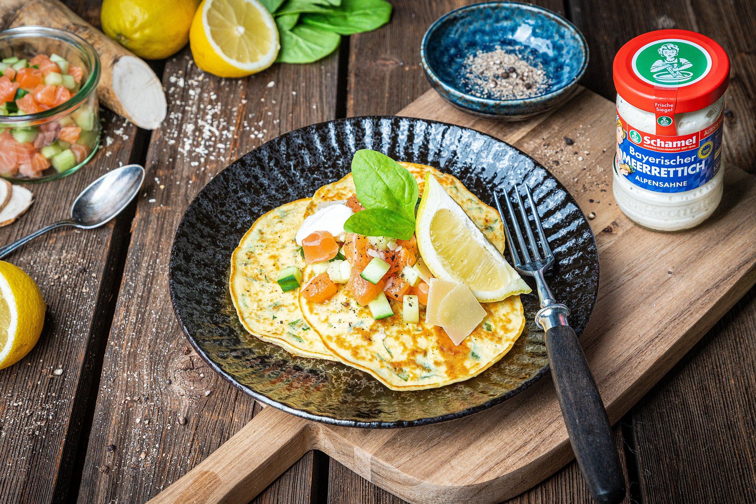 Teller mit Spinat-Pancakes und Lachs-Meerrettich-Tatar