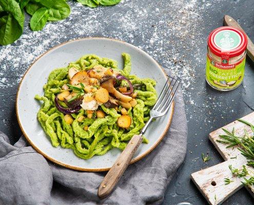Teller mit Spinatspätzle mit Kräuterseitlingen und Meerrettich