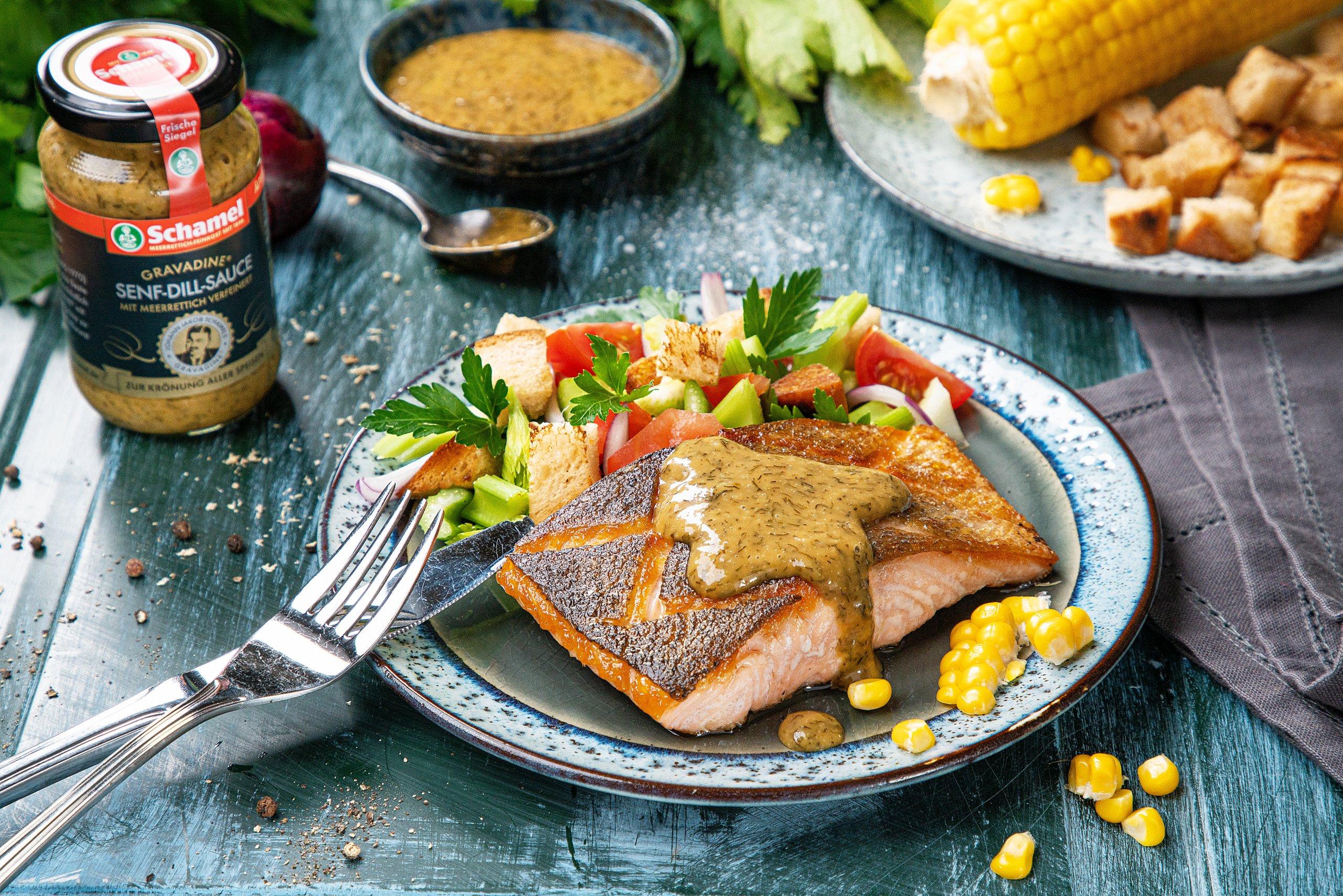 Teller mit gegrilltem Lachsfilet und Meerrettichbutter